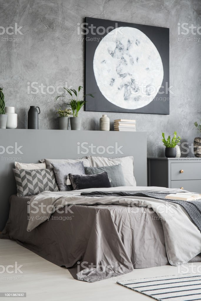 Vue Verticale Du0027un Intérieur Moderne Chambre à Coucher De Couleur Grise  Avec Un Grand