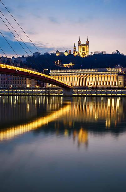 Vertical vue sur la Rivière Saône à Lyon par nuit - Photo