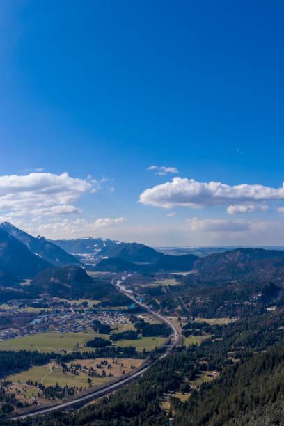 Vertikalblick auf die Autobahn durch das Landdorf Pflach in Tirol in Richtung Deutschland – Foto