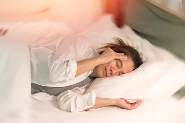 schwindel-krankheit-konzept. mann die hände auf seinen kopf fällen kopfschmerzen schwindlig gefühl von schwindel, ein problem mit dem innenohr, gehirn oder sensorische nerven weg drehen. - höhenangst stock-fotos und bilder