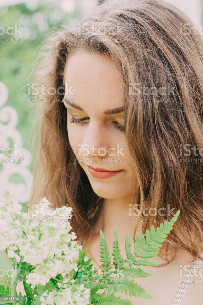 Heel mooi meisje gefotografeerd in de natuur met verse bloemen - Royalty-free Bedrijfsleven Stockfoto
