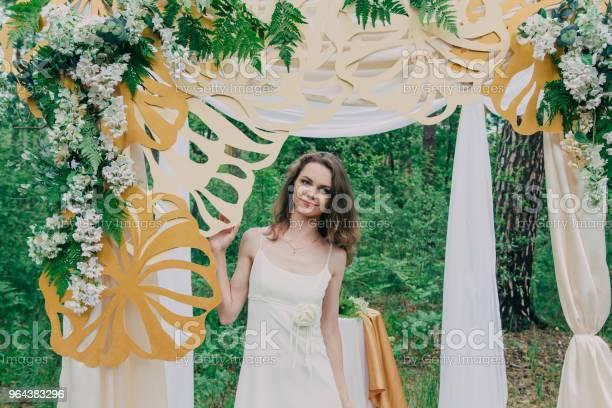 Foto de Garota Muito Linda Fotografada Na Natureza Com Flores Frescas e mais fotos de stock de Adulto