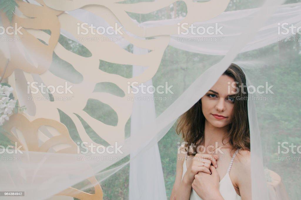 Garota muito linda fotografada na natureza com flores frescas - Foto de stock de Adulto royalty-free