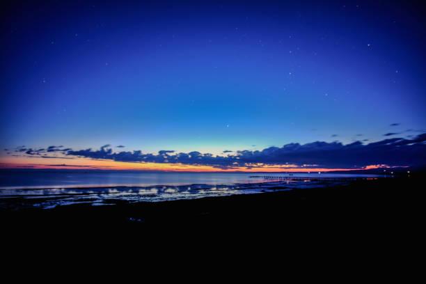 멋진 플레이 함께 바다에 매우 아름 다운 일몰 스톡 사진