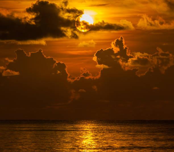 Sehr schöne Sonnenuntergang im Ozean – Foto