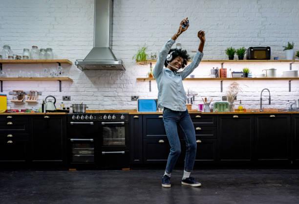 Sehr glückliche Frau mit Spaß beim Hören von Musik zu Hause und Tanzen – Foto