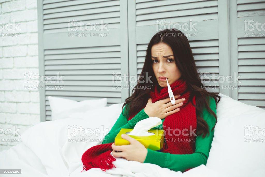 Zeer Hoge Lichaamstemperatuur Een Ziek Meisje In Een Rode Sjaal Meet