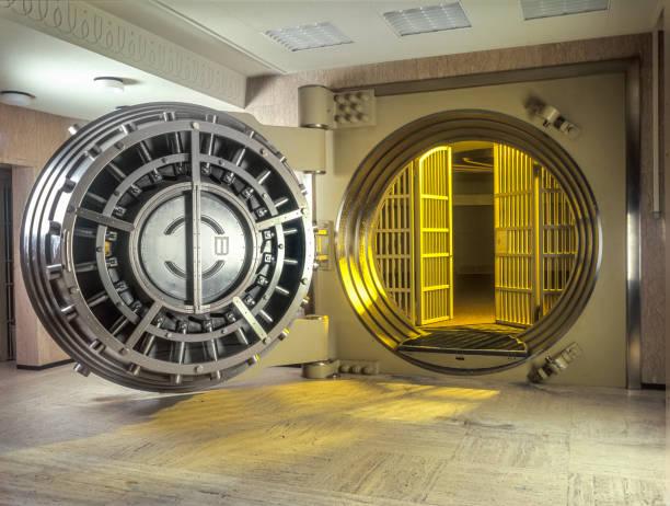 sehr große offene safe mit goldenen lichtschein aus in den safe. - safe stock-fotos und bilder