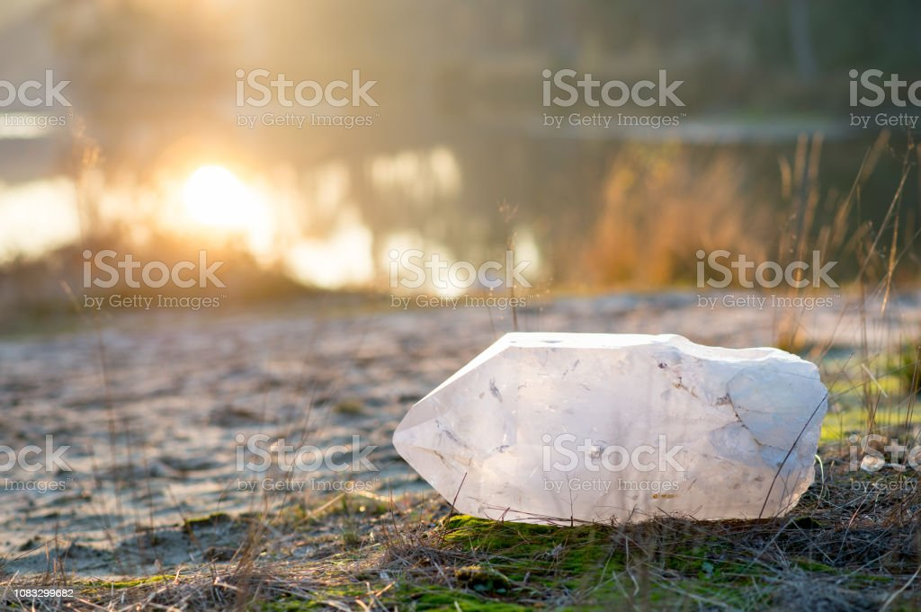 Sehr große Quarzkristall im Gras – Foto