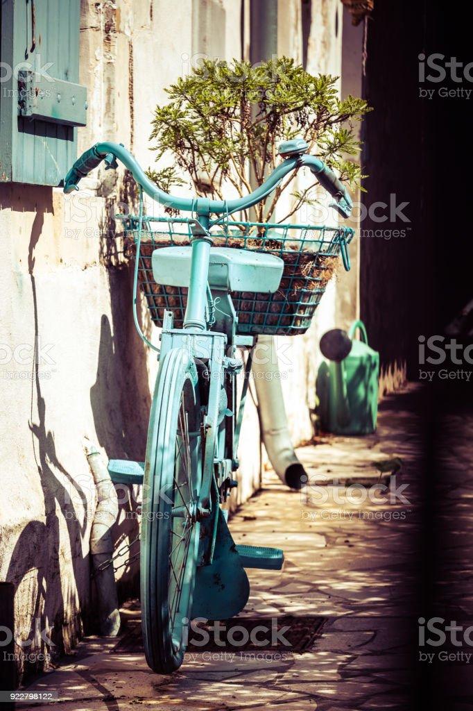 bicicleta vintage muy bonita pintada de azul en la pared de una casa antigua - foto de stock
