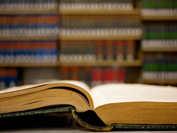 muy antiguo libro en la biblioteca de derecho - biblioteca de derecho fotografías e imágenes de stock