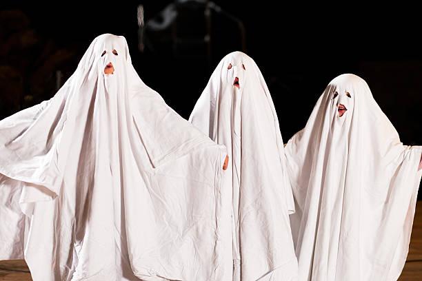 sehr scary halloween spooks auf - geist kostüm stock-fotos und bilder