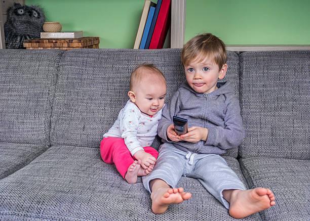 Sehr kleine Kinder vor dem Fernseher – Foto