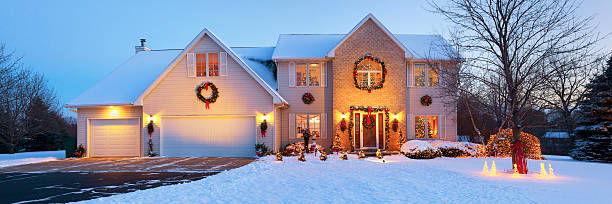 very special holiday decorated home with christmas lighting, snowy panorama - weihnachtlich beleuchtete häuser stock-fotos und bilder