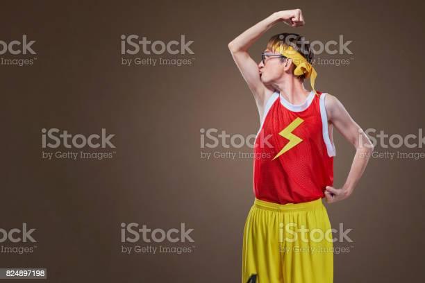 Ein Sehr Dünner Kerl In Sportkleidung Küßt Seine Hand Stockfoto und mehr Bilder von Humor