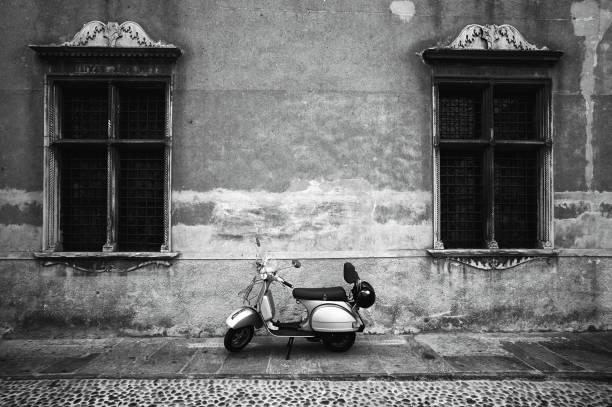 vespa piaggio. blanco y negro - vintage vespa fotografías e imágenes de stock
