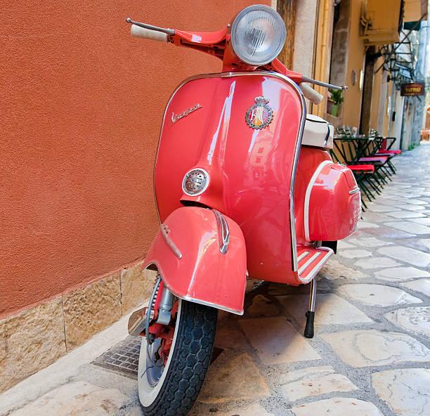 vespa scooter en kerkyra street. corfú isla. grecia. - vintage vespa fotografías e imágenes de stock