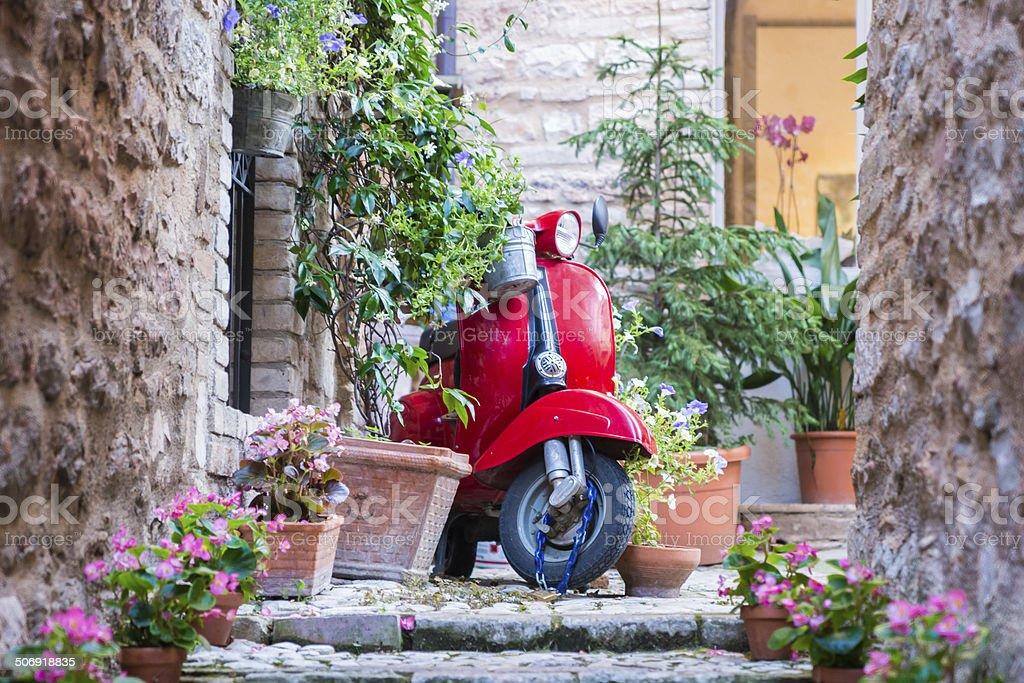 Vespa su strada italiana - foto de stock