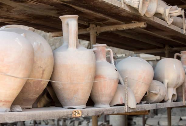 gefäße, töpfe und eine vielzahl von artefakten ausbruch des vesuvs in pompeji zu überleben haben ausgegraben und katalogisiert. pompei, italien - ein topf wunder stock-fotos und bilder