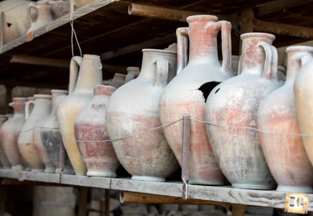 gefäße, töpfe und eine vielzahl von artefakten, die den ausbruch des vesuvs in pompeji überlebt haben, wurden ausgegraben und katalogisiert. pompei, italien - ein topf wunder stock-fotos und bilder