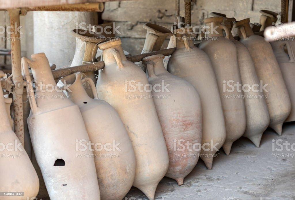 Une variété d'artefacts, survivant de l'éruption du Vésuve à Pompéi, les casseroles et les navires ont été fouillés et catalogués. Pompei, Italie - Photo
