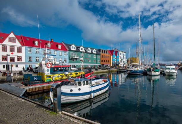 vestaravag haven in torshavn met boten, jachten en kleurrijke kade puntgevel gebouwen, faeröers eiland streymoy - faeröer stockfoto's en -beelden