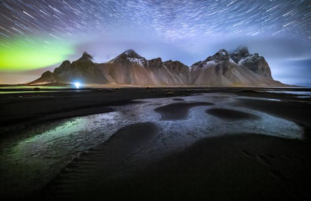 Vestrahorn mit Aurora borealis und Startrails, Stokksnes, Island – Foto