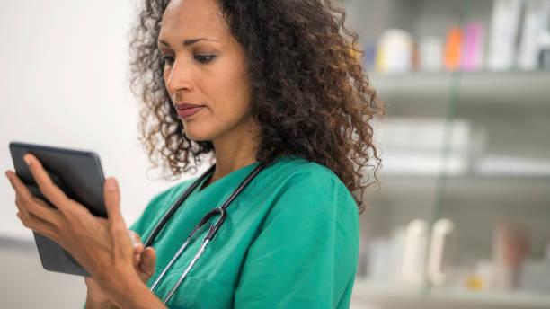Tierarzt mit Stethoskop mit digital-Tablette – Foto