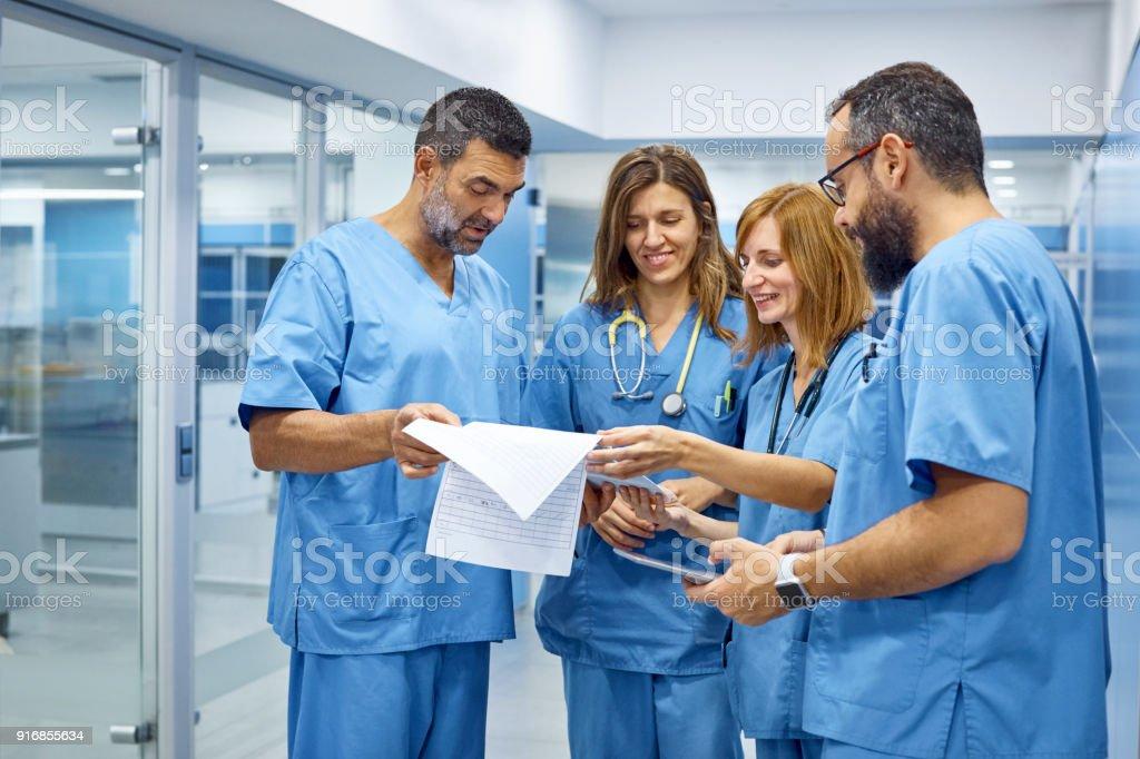 Tierärzte, die Diskussion über medizinische Aufzeichnungen – Foto