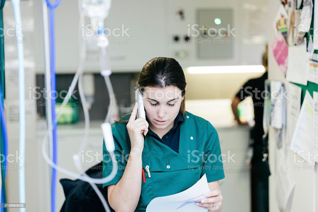 Tierärztliche Krankenschwester reden am Telefon – Foto