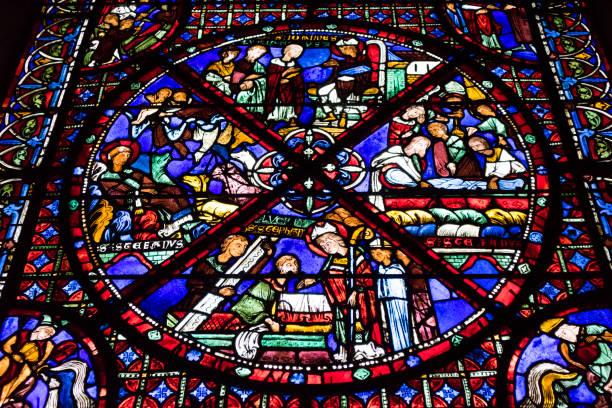 Vetrata colorata nella Cattedrale di Saint Etienne tra le case  - Bourges, Francia - foto di stock immagine - foto stock