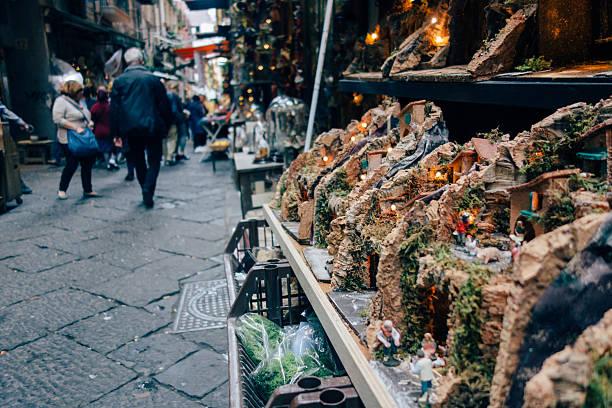 via san gregorio armeno in neapel, italien - italienischer weihnachten stock-fotos und bilder