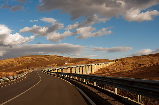 Viadukt in die sizilianische Natur – Foto