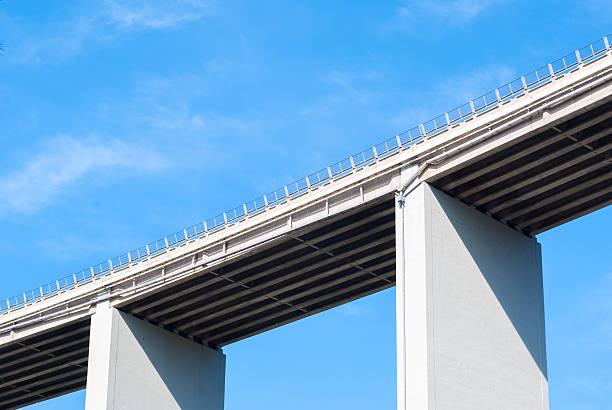 autoroute italienne sur un viaduc - pont gênes photos et images de collection