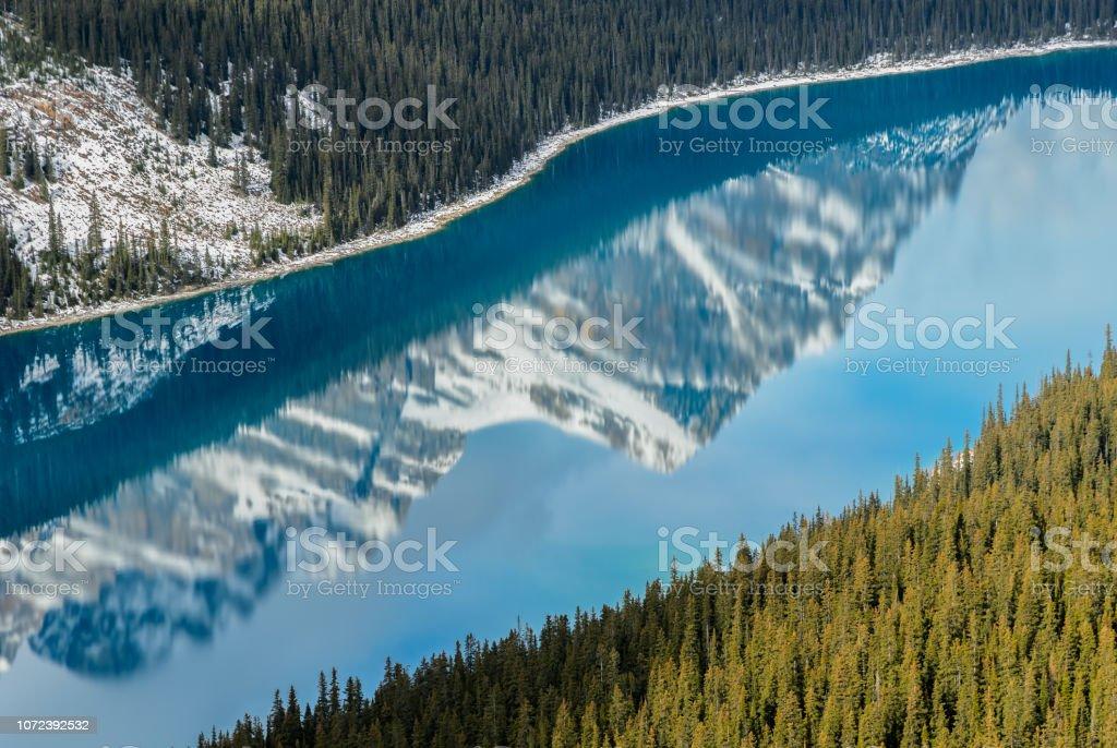 Vibrant Blue Peyto Lake mit Reflexion der kanadischen Rocky Mountains in Alberta, Kanada – Foto