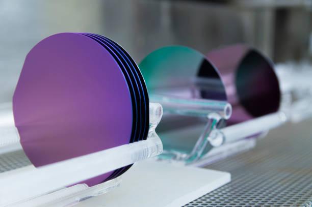 シリコンウェハーの鮮やかな色 - 半導体 ストックフォトと画像