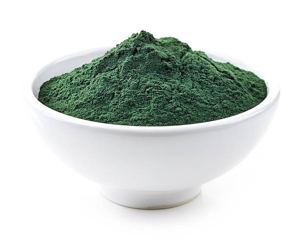 tazón de algas spirulina polvo - algas fondo blanco fotografías e imágenes de stock