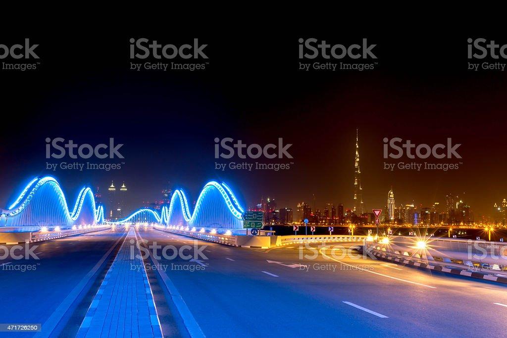 Brillantes Luces De Meydan Puente En Dubai - Stock Foto e Imagen de ...