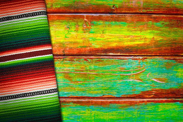 lebhafter mexikanischer sarape-decken und holz-hintergrund - mexikanische möbel stock-fotos und bilder