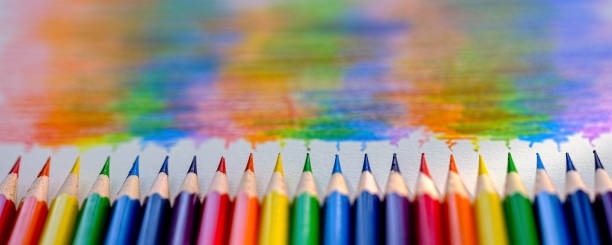 canlı gökkuşağı renkli boyama kalem veya boya kalemi üst üste dikey olarak hangi özellikler boya kalemi arkasında arka plan, birlikte, bükme renkleri çizim karşılık gelen renkli gökkuşağı gölge ile döşeme. - sembolizm akımı stok fotoğraflar ve resimler