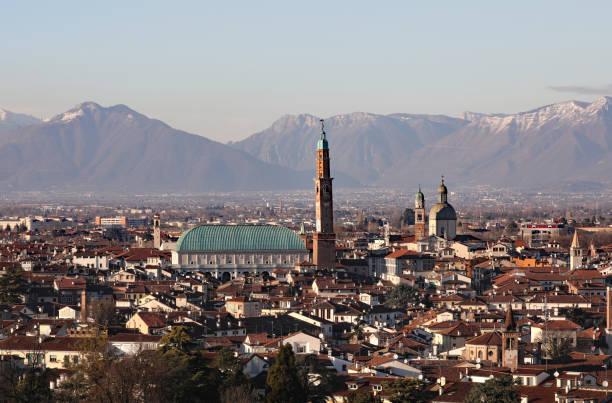 vicenza in italien und das berühmte denkmal namens basilica palladi - vicenza stock-fotos und bilder