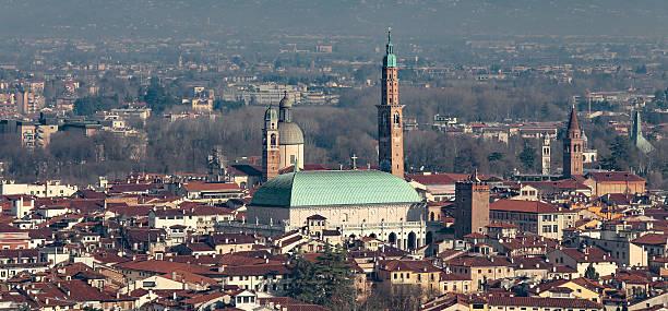 vicenza, italien, panorama der stadt mit palladiana-basilika ein - vicenza stock-fotos und bilder