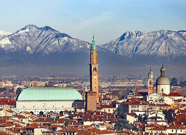 vicenza, italien, panorama mit palladiana-basilika und die cathed - vicenza stock-fotos und bilder