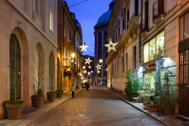vicenza, straßen des historischen zentrums mit weihnachtsbeleuchtung geschmückt - vicenza stock-fotos und bilder