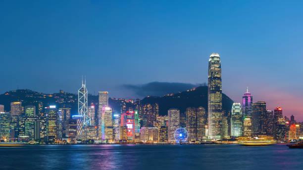 Victoria Harbor in Hongkong bei Einbruch der Dunkelheit – Foto