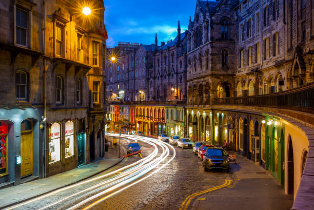 victoria street at night night view of victoria street in edinburgh, scotland edinburgh scotland stock pictures, royalty-free photos & images