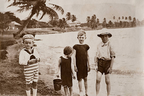 Victorian beach Vintage photograph from the late Victorian early Edwardian period of a group of young children at the seaside. Possibly taken in one of the West Indies colonies. 19th century stock pictures, royalty-free photos & images