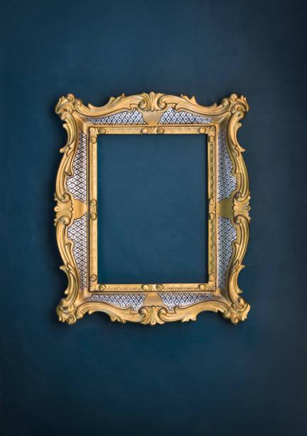 Victoriano marco barroco dorado sobre un fondo verde - foto de stock