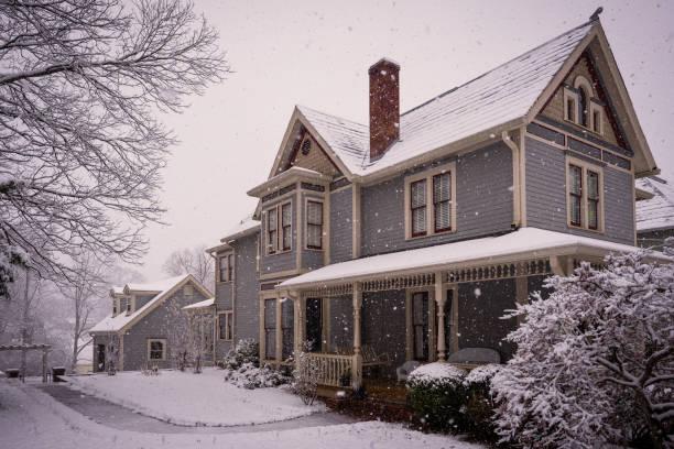 maison victorienne au cours de la tempête de neige. - style victorien photos et images de collection