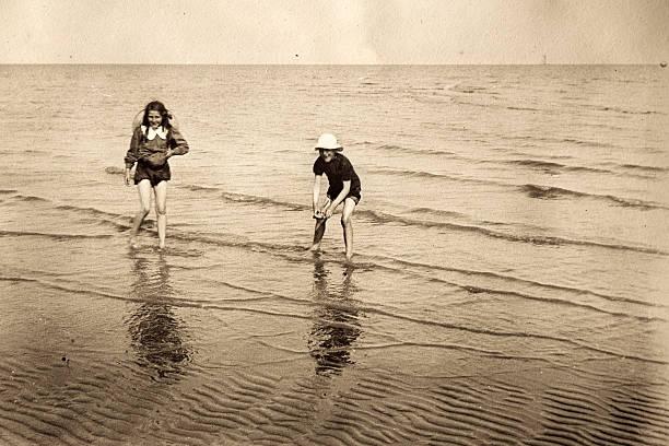 victorian à beira-mar - com os pés na água - fotografias e filmes do acervo